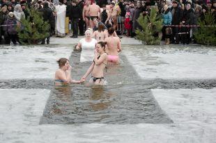 Крещенское купание – это православная традиция, а не спортивное мероприятие, поэтому не надо нырять в иордань вперед головой.
