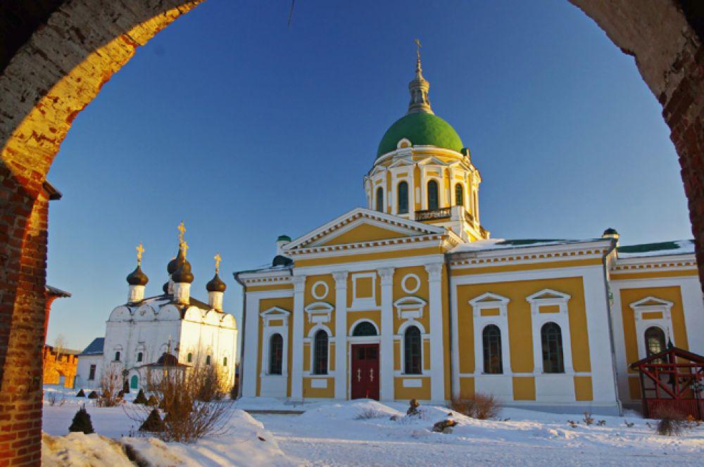 Зарайск — городок на южном рубеже Московской области в 145 километрах от столицы. Главная достопримечательность — самый маленький в стране Кремль, окутанный множеством легенд. Сегодня в городе хранится несколько значимых православных святынь, а также есть святой источник Белый Колодец с оборудованной купелью.