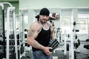 Во время тренировок один из сильнейших людей планеты помимо обычнх тренажёров использует коромысло весом 420 килограммов, колесо от комбайна диаметром 190 сантиметров и другие.