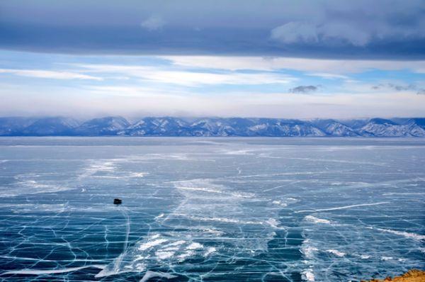 Во льдах Байкала на Крещение традиционно организуют большое количество купелей. Толщина льда на озере при сильных морозах может достигать полутора метров и выдерживать любой транспорт, при этом ступать на него многие боятся: слишком уж тонким кажется этот лёд из-за своей феноменальной прозрачности.