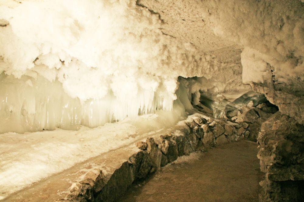В 100 километрах от Перми близ города Кунгур расположен удивительный памятник природы — Кунгурская ледяная пещера. На Крещение в просторных гротах пещеры организуют удобные спуски в подземные озёра.