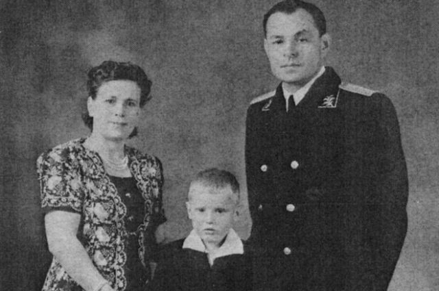 Иван Константинов с женой и приёмным сыном.