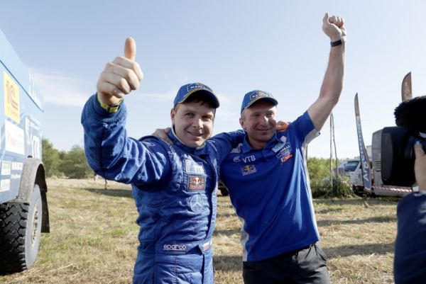 Слева- победитель гонок Эдуард Николаев.