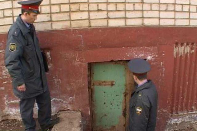 Рейд полицейских по подвалам.