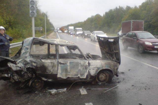Трое молодых людей подожгли машину под Новосибирском