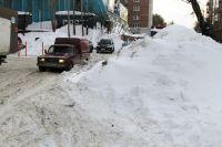 В Новосибирске избавляются от снежных завалов