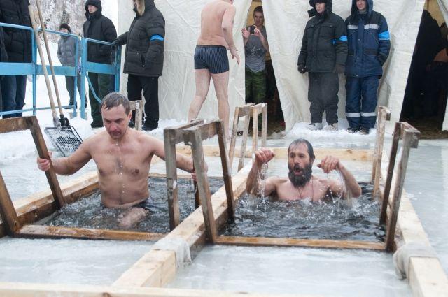 Главная народная традиция Крещения - погружение в прорубь .
