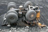 БелАЗ упал с 10-метровой высоты. Водитель оказался зажатым в кабине.