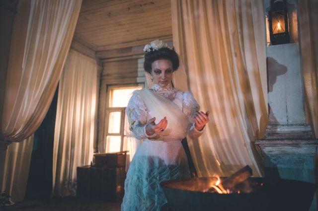 Свадебное платье - почти герой фильма.