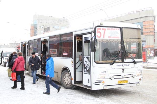 В дверях автобуса зажало женщину с коляской