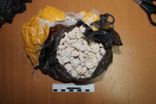 Всего оперативниками было обнаружено и изъято более 60 грамм героина.