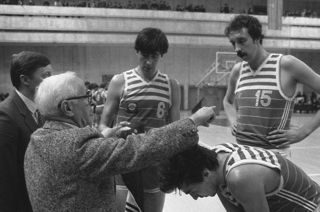 За годы работы Александр Гомельский завоевал все существующие баскетбольные трофеи.