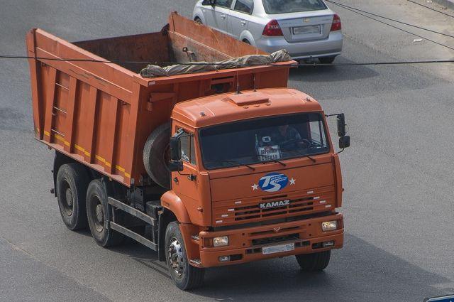ВТатарстане «КАМАЗ» вылетел снабережной вреку