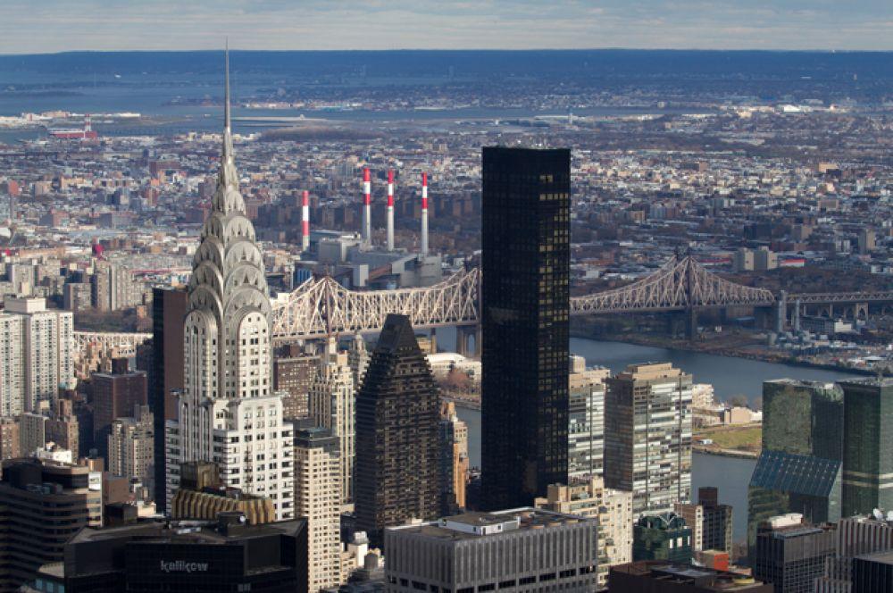 «Трамп-уорлд-тауэр». Жилой небоскрёб с отделкой из тёмно-бронзового стекла расположен на Манхэттене на площади Объединённых Наций. Самое высокое из жилых зданий, построенных Дональдом Трампом.