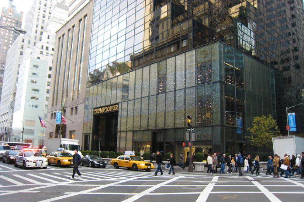 «Трамп-тауэр». 58-этажный небоскрёб расположен в Нью-Йорке на пересечении Пятой авеню и 56-й улицы. Трампу принадлежат площади под розничную торговлю и офисы в нижней половине здания. Три верхних этажа общей площадью приблизительно 3000 м², отделанных бронзой, золотом и мрамором, занимает его личная резиденция. Также здесь находится штаб-квартира его собственной корпорации The Trump Organization.