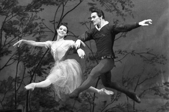 Екатерина Максимова (Жизель) и Владимир Васильев (Альберт) в сцене из балета А.Адана «Жизель», 1968 г.
