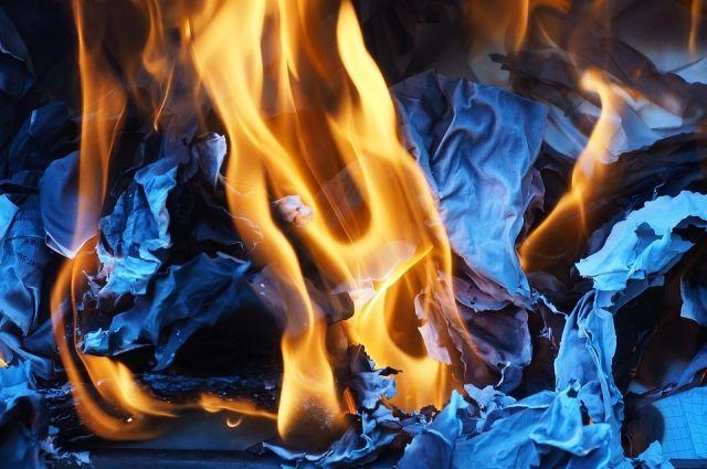 Во время пожара взорвалась одна из ёмкостей с топливом.