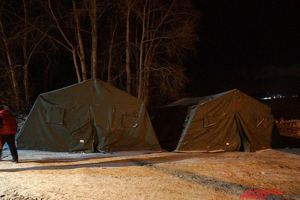 Кроме того, вблизи находились палатки, где можно было переодеться и согреться.