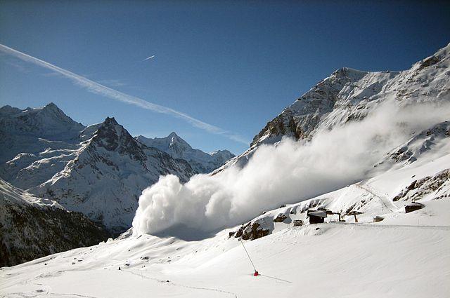 Снежная лавина погребла постояльцев отеля вИталии