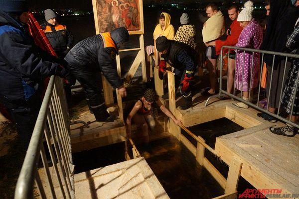 Большинство верующих окунается в Крещенскую ночь или Крещенский сочельник – в ночь с 18 на 19 января.
