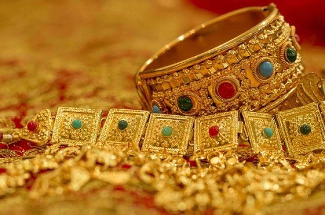 Домработница украла изчужой квартиры золото на100 тыс.