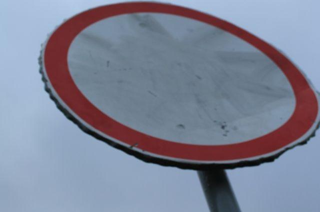 Мужчина врезался в дорожный знак