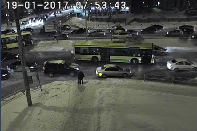 Автобус затруднил движение на перекрестке Стахановская-Карпинского