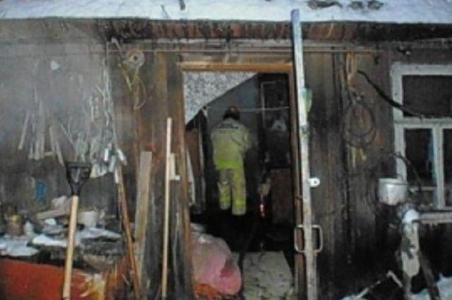 У дома выгорела кровля.