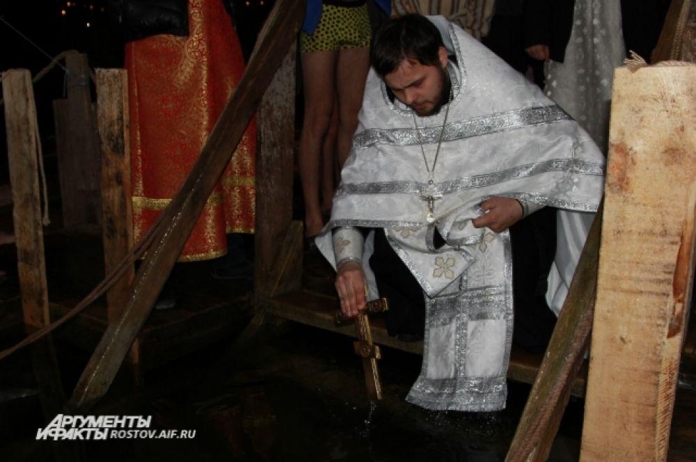 Служитель церкви сначала совершил обряд, а потом сам окунулся в прорубь!