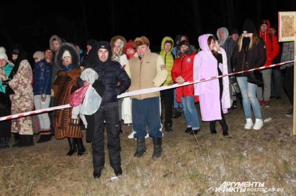 Ежегодно в Ростовской области в крещенских купаниях принимают участие около 100 тысяч человек. Вот и здесь выстроилась очередь.