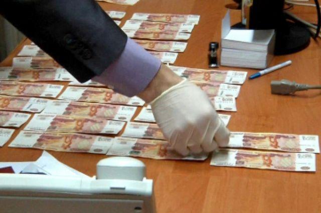 Взятку передавали несколькими частями.