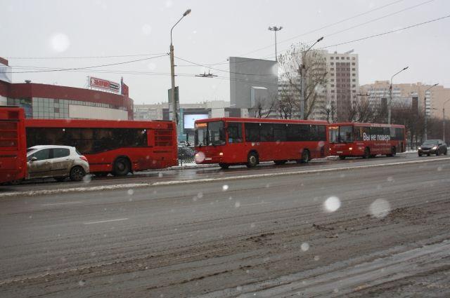 ВКазани в итоге столкновения 2-х красных автобусов пострадали пенсионерка истудентка
