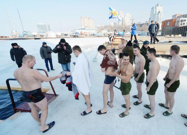Празднование Крещения военнослужащими Тихоокенского флота и членами их семей на льду Амурского залива во Владивостоке.
