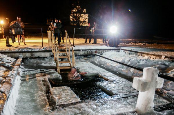 Мужчина во время крещенского купания в купели Иосифо-Волоцкого мужского монастыря в Волоколамском районе Московской области.