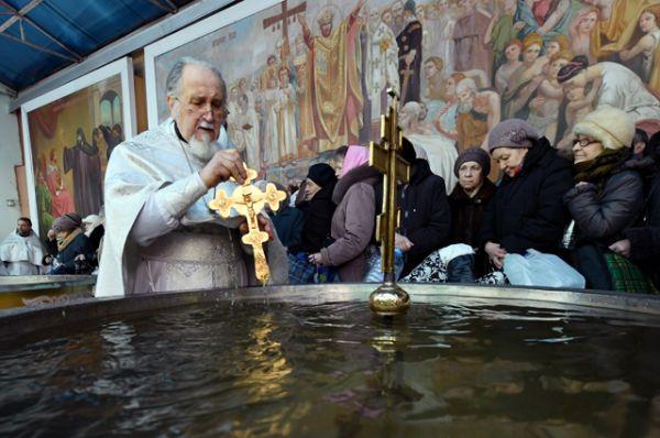 Обряд освящения воды в Крещенский сочельник в Богоявленском кафедральном соборе в Москве.
