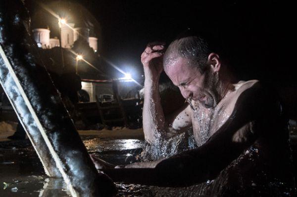 Верующий во время крещенского купания в Свято-Троицком Герасимо-Болдинском мужском монастыре в Смоленской области.