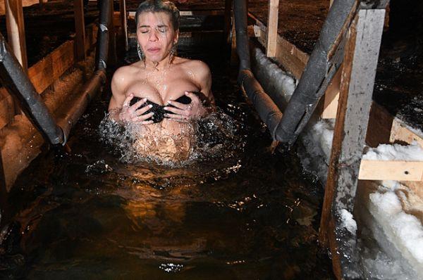 Девушка во время крещенского купания в парке «Сокольники».