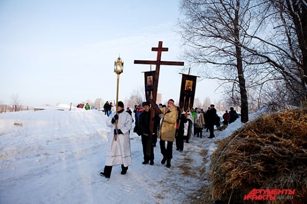 Мимо купели около Бугринского моста традиционно прошел Крестный ход