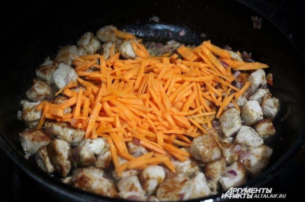 Добавляем морковь и жарим ещё две-три минутки, помешивая.