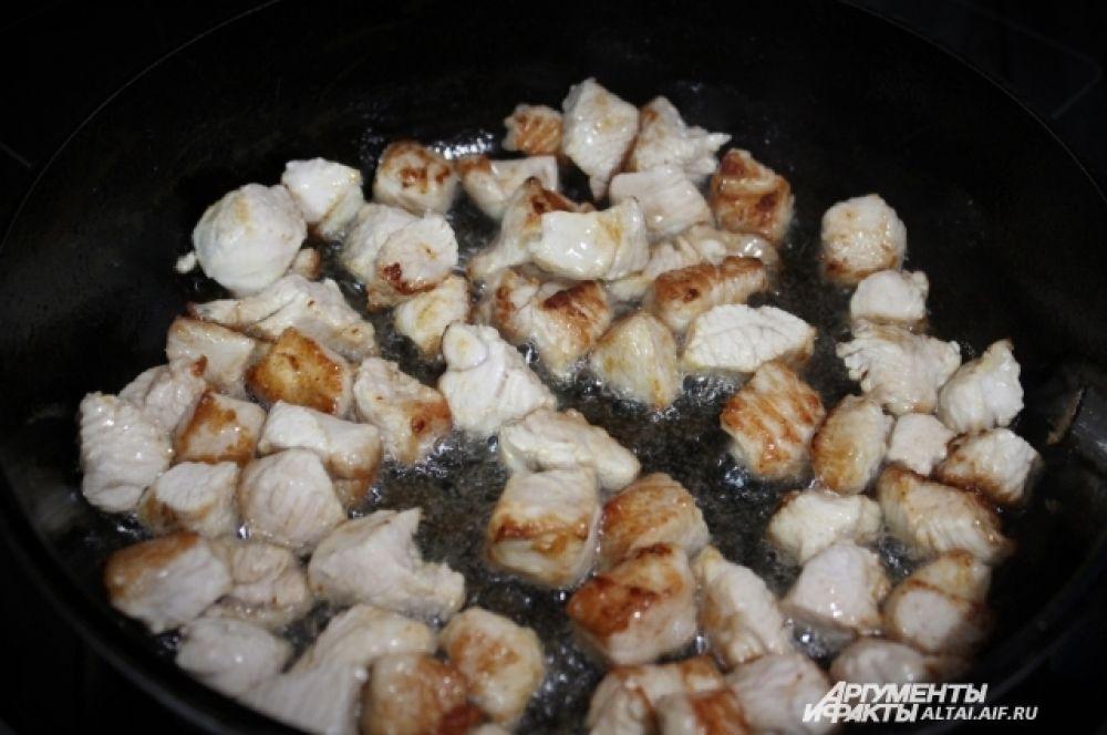 На небольшом количестве растительного масла обжариваем индейку минут семь на сильном огне, не забывая помешивать.