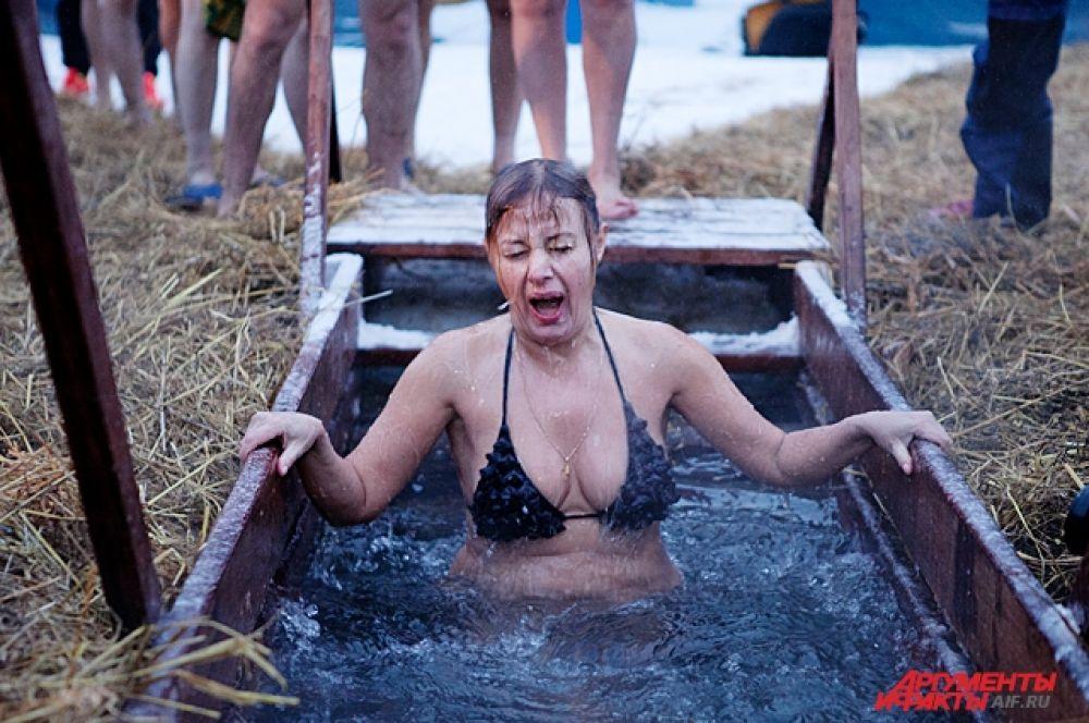 Несмотря на то, что женщинам советуют купаться в длинных рубашках, многие представительницы прекрасного пола приходят в бикини