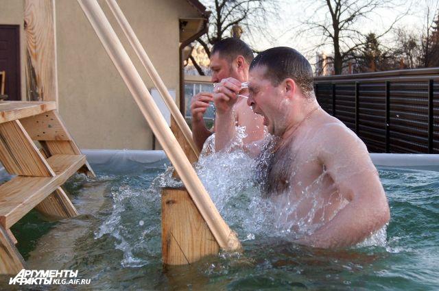 В крещенских купаниях в Калининграде и области участвовали 7 тысяч человек.