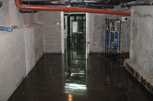 В подвальном помещении первого подъезда многоквартирного жилого дома оказались влажными полы.