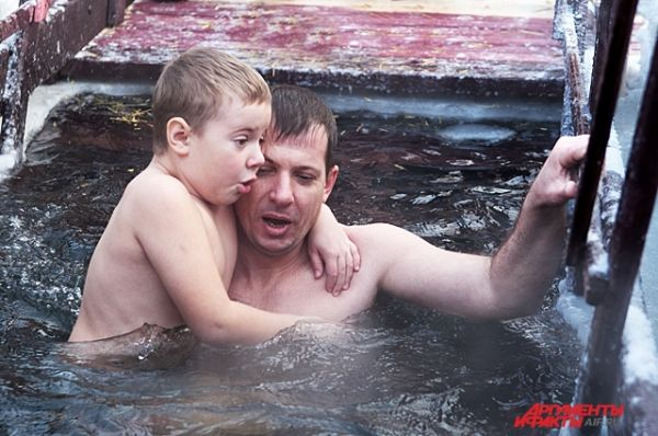 Врачи выступают против купания детей в мороз, потому что их тело еще не приспособлено к такому стрессу