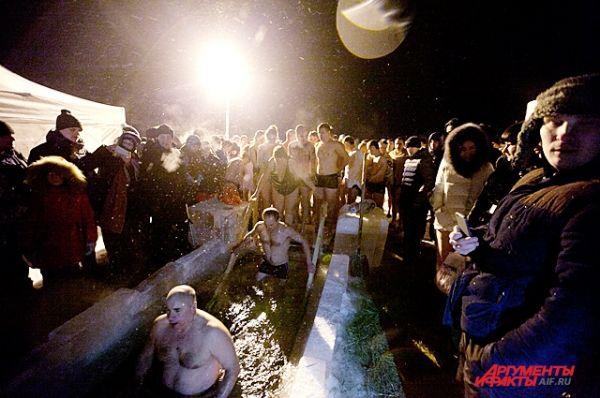 Люди в одних купальниках терпеливо ждали своей очереди на морозе. Стоит отметить, что ночью температура воздуха опускалась ниже -20 градусов по Цельсию