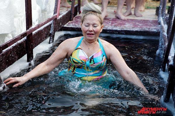 Конечно, купаться в проруби в Крещение - это забава, в которой ежегодно принимают участие тысячи жителей города. Главное - правильно оценить свое состояние, чтобы невинное развлечение не привело к печальным последствиям.