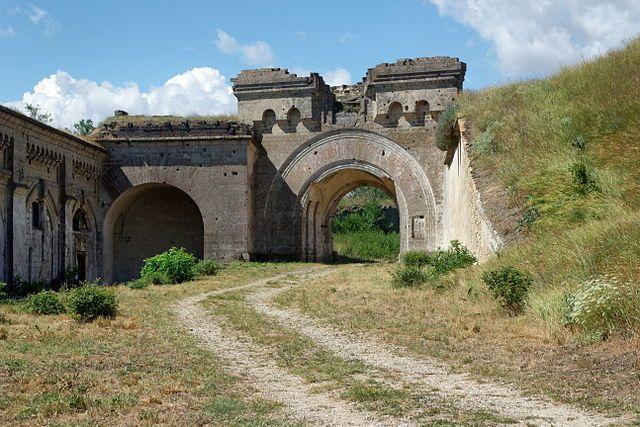 ВКерченской крепости отыскали барельеф Богородицы с малышом Иисусом наруках
