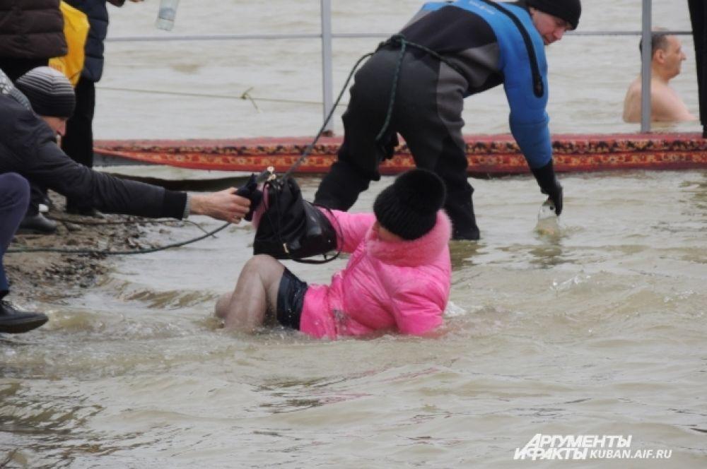 Одной жительнице Краснодара пришлось окунуться в Кубань прямо в куртке - она упала в воду, оступившись на берегу.
