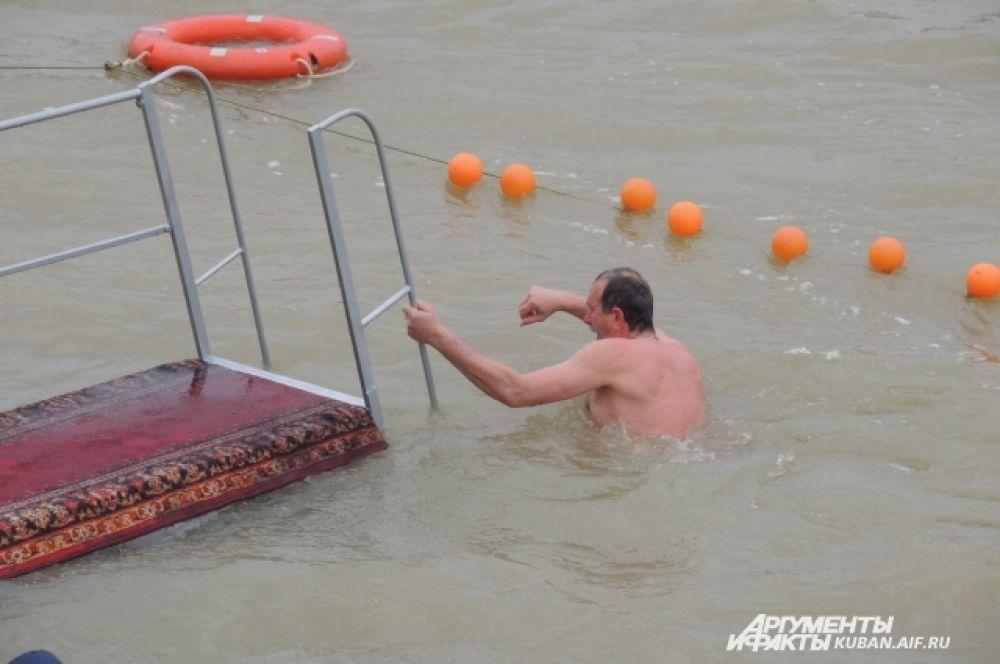 Из соображений безопасности место проведения крещенских купаний на реке Кубань было окружено буйками.