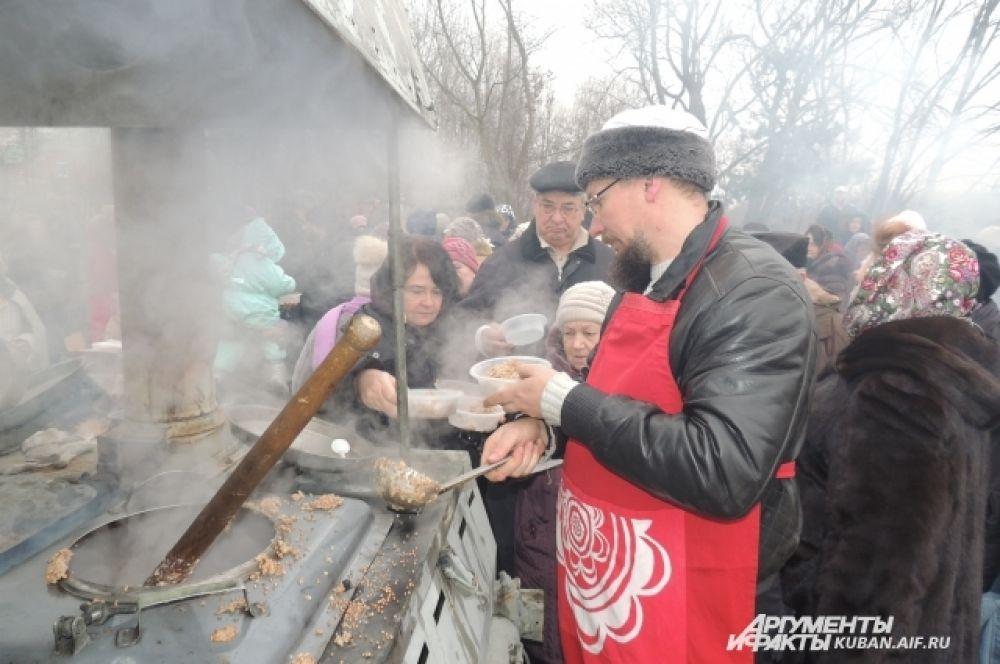 После купания верующие могли согреться горячей кашей из полевой кухни.